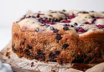 Só precisa de 3 minutos para fazer este bolo de framboesa e pepitas de chocolate