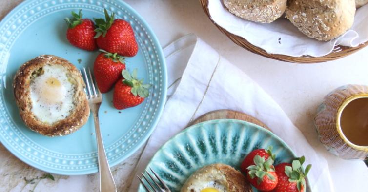 Ninhos de ovo com cenoura e manjericão