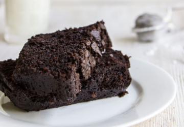 Respire fundo: este bolo de chocolate faz-se com 3 ingredientes (e é saudável)