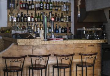 Há um novo bar para beber cocktails e petiscar no centro do Seixal